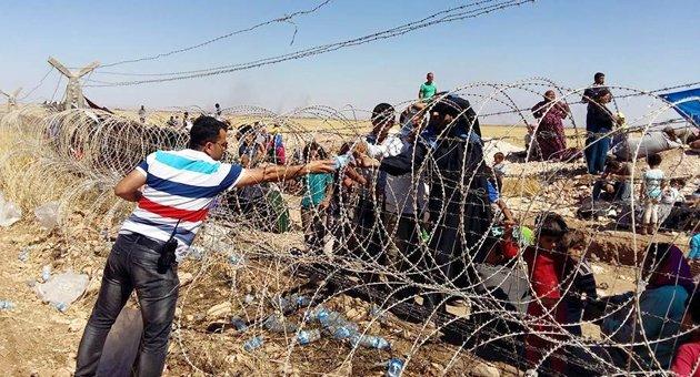 Sınırda bekleyen sivillere yardım