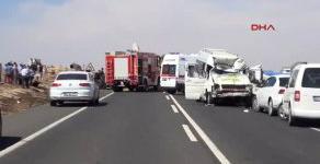 Şanlıurfa Tır ile Yolca Taşıyan Minibüs Çarpıştı: 1 Ölü, 20 Yaralı