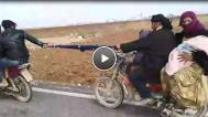 İki Motosikletli, Eşarbı Halat Yapıp Yol Aldı