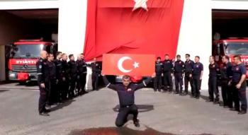 İtfaiyecilerden Mehmetçiğe Bayraklı ve Sirenli Destek