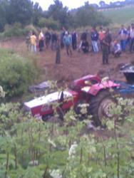 Dedesinin kullandığı traktörün altında kalarak öldü