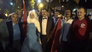 Nikah masasından demokrasi nöbetine… Gelin ve damat nikahtan çıkıp alana geldi