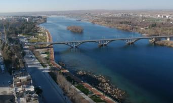 Kuş Bakışı Tarihi Birecik Köprüsü ve Fırat Nehri.