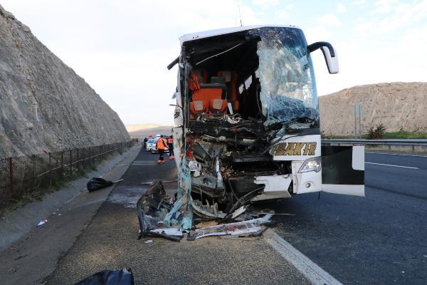 Birecik te yolcu otobüsü, park halindeki kamyona çarptı: 3 ölü, 41 yaralı