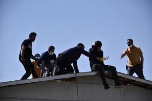 İntihar etmek için çatıya çıktı, telefonla konuşurken polis müdahale etti