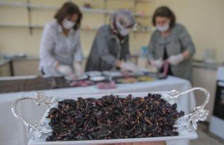 Halfeti'nin endemik bitkisi karagül, ağızları tatlandırıyor